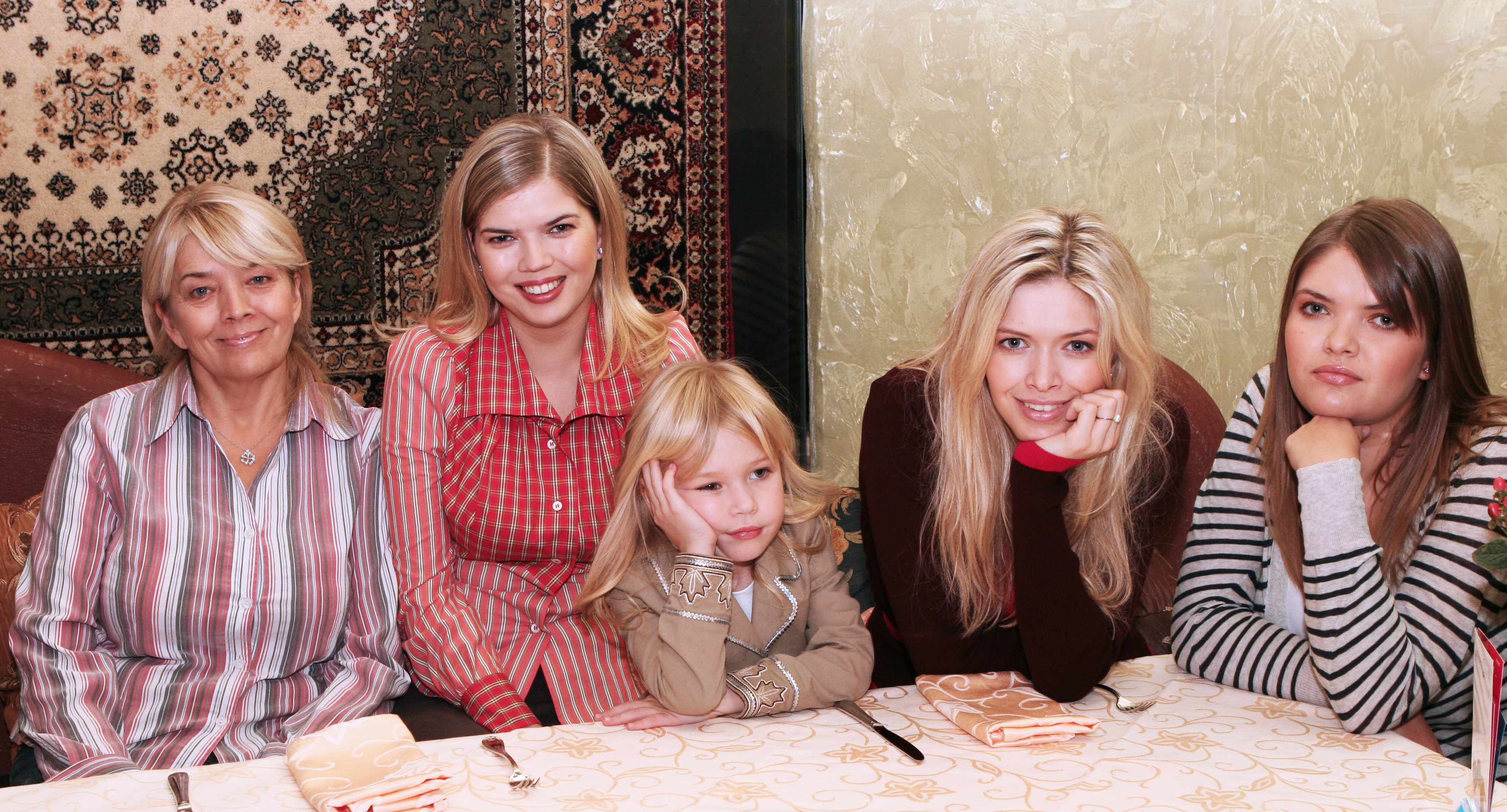Девушка с подругой и ее мамой фото 230-551