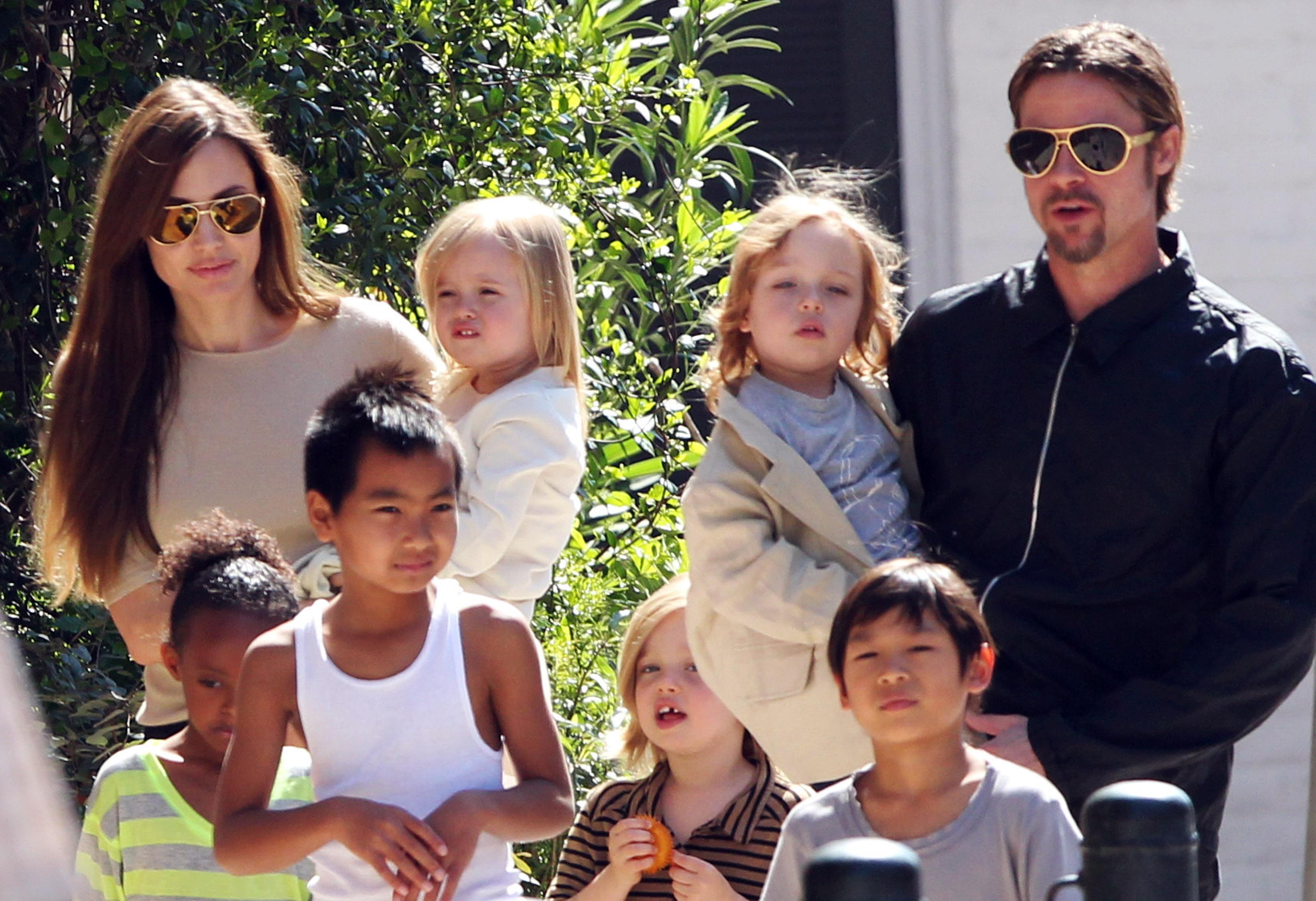 фото джоли с семьей фото