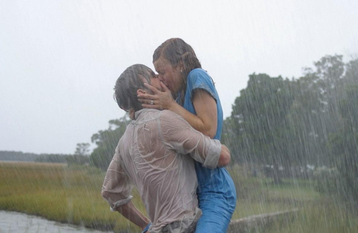 Девушка держит парня за талию