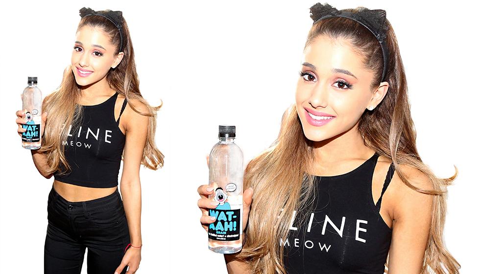девушка пьет лимонную воду