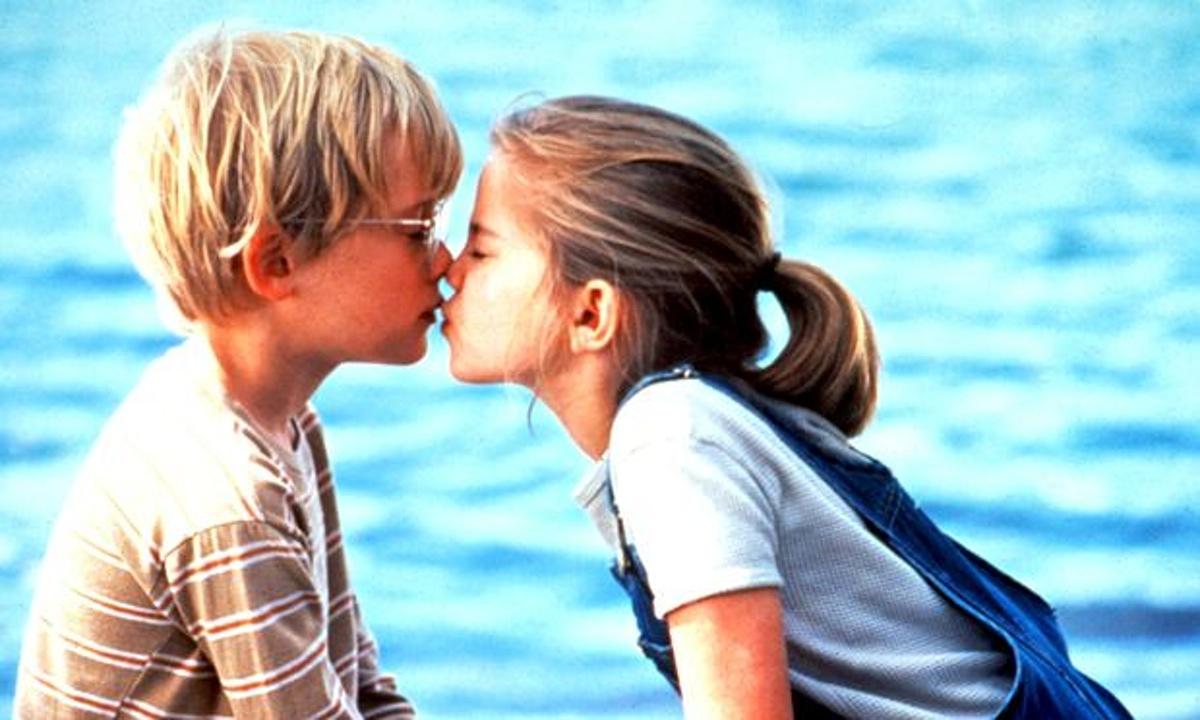 Смотреть Видео Как Молодая Девушка Целуется Мальчиком