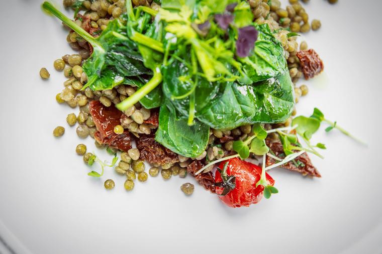 Чечевица со шпинатом и вялеными томатами