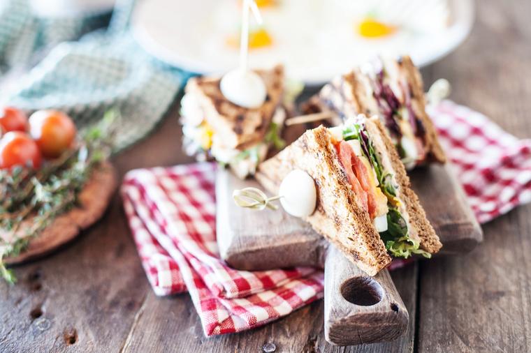 Сэндвич с тунцом и зеленым салатом