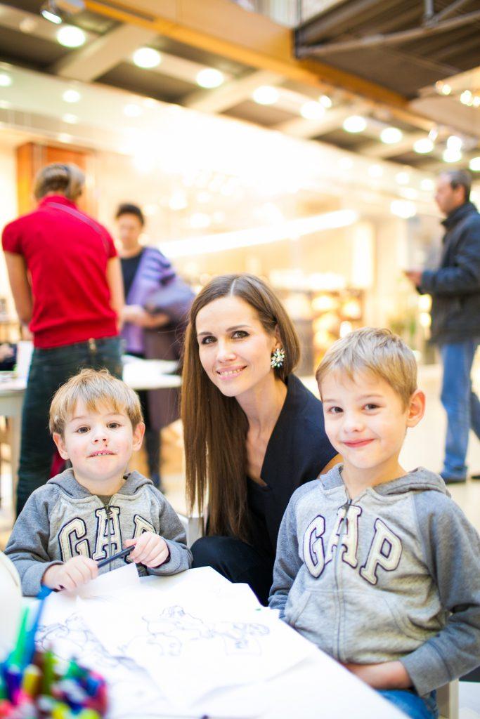 Наталия Лесниковская с сыновьями Егором и Марком