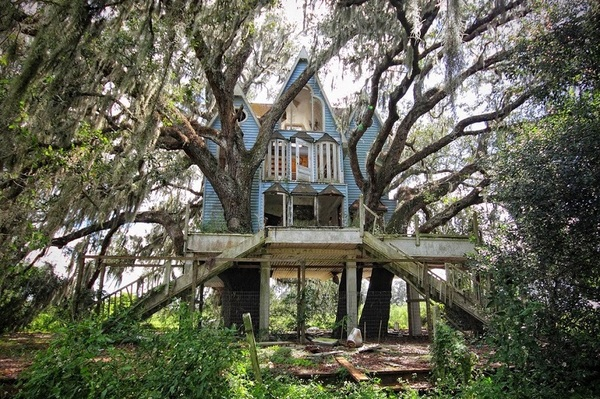 Домик на дереве, построенный в викторианском стиле.