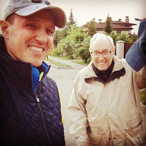 Игорь Верник прогуливался с отцом.