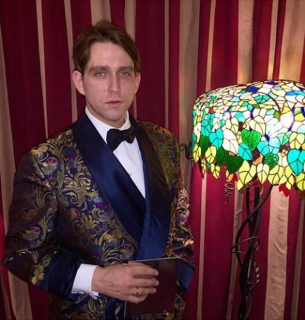 Алексей Киселев при параде приглашал на свою вечеринку в стиле студия 54
