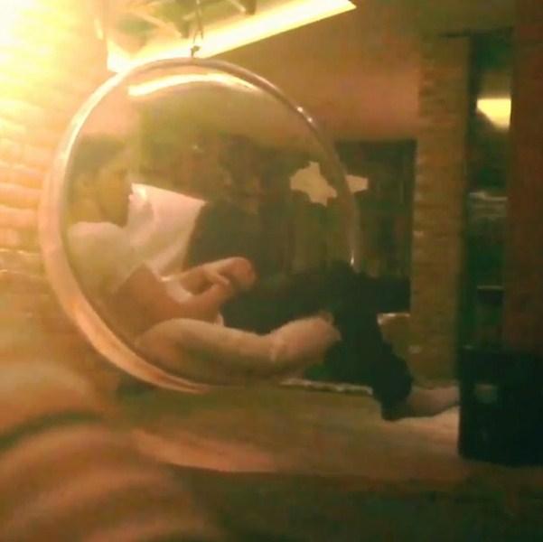 Дима Билан (33) презентовал свой режиссерский проект, где в главный роли он сам, а оператор - диван.