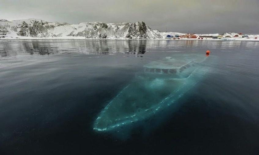 Затонувшая яхта в Антарктиде.