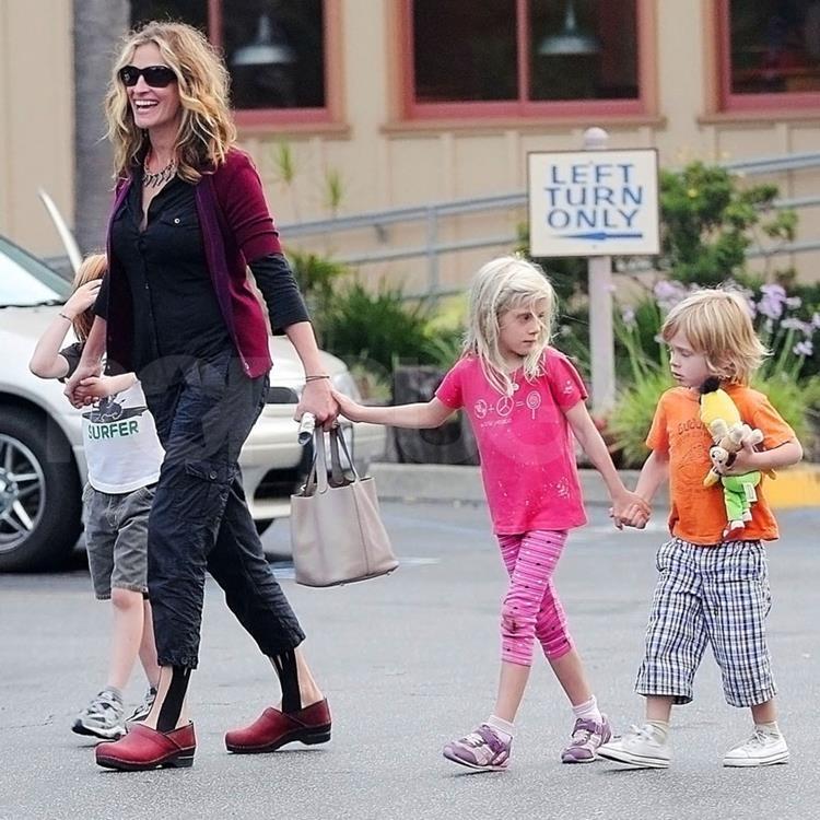 В возрасте 36 лет актриса Джулия Робертс (47) родила двойняшек от актера Дэниела Модера (45). Малыши Хэзел Патриша (10) и Финнеас Уолтер (10) появились на свет в 2004 году