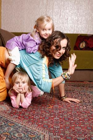 7 января 2005 года певица Маша Макарова (37), солистка группы «Маша и медведи», стала мамой двух малышек Розы (10) и Миры (10)