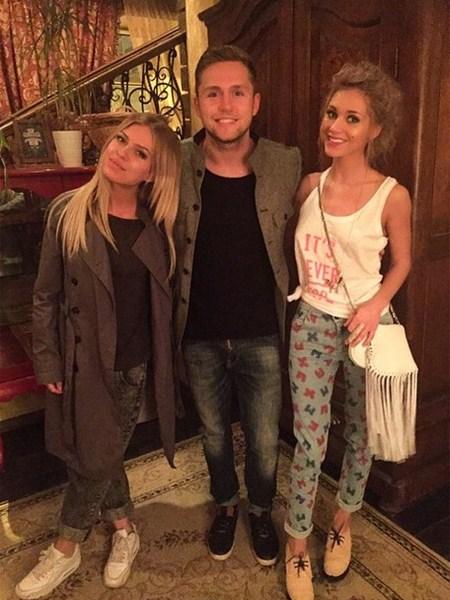 Кристина Асмус после спектакля вырвалась с друзьями – Владом Соколовским и Ритой Дакотой – на чашечку чая.