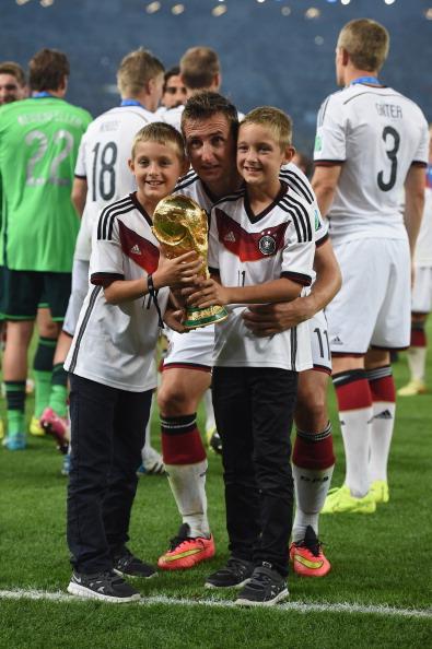 Нападающий футбольного клуба Lazio Мирослав Клозе (36) с детьми