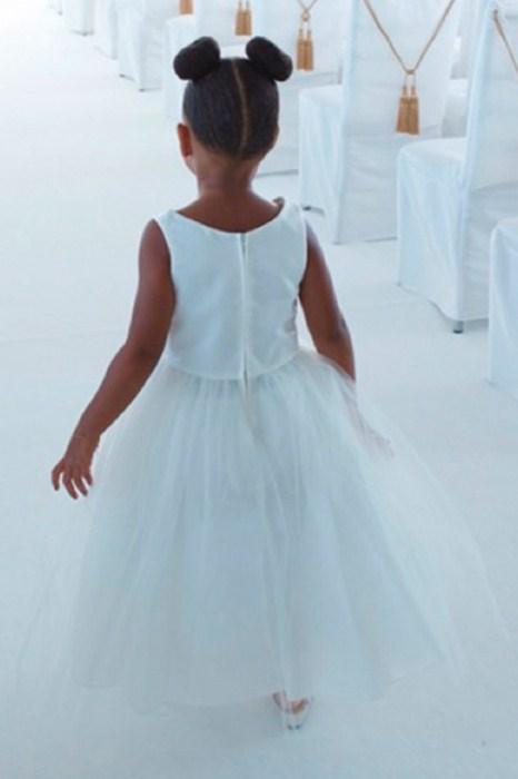 На свадьбе своей бабушки Тины Ноулз (61) Блю Айви была вся в белом.