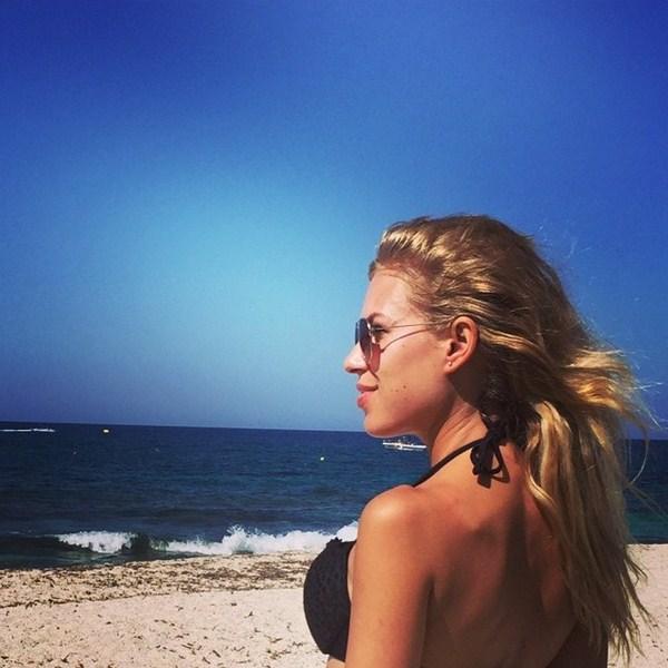 Рита Дакота наслаждается медовым месяцем в Греции.