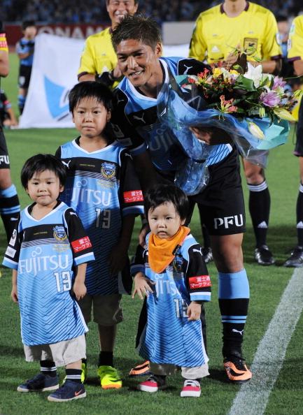 Нападающий футбольного клуба Kawasaki Frontale и сборной Японии Ёсито Окубо (32) с детьми