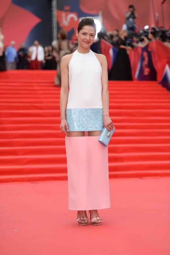 Елена Лядова в платье Versace и в кольце Bulgari