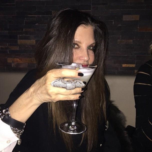 Лори Родкин (54) посетила за выходные 2 страны. Опробовав коктейли в Стамбуле, она отправилась медитировать в Банкок.