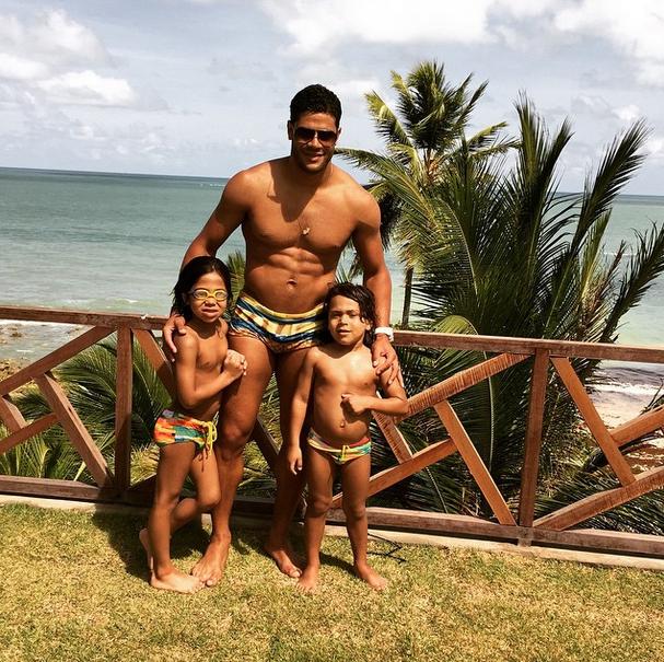 Нападающий «Зенита» Халк с детьми на родине, в Бразилии