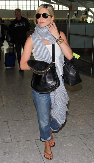 Дженнифер Энистон (46) особо не удивляет и спокойно отправляется в путешествие в удобной ей одежде.