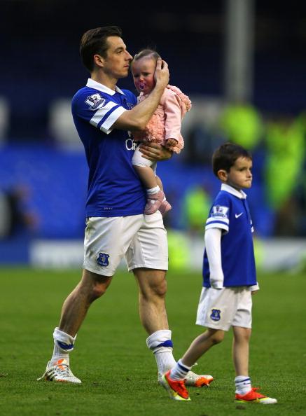 Защитник футбольного клуба Everton и сборной Англии Лейтон Бейнс (30) с детьми