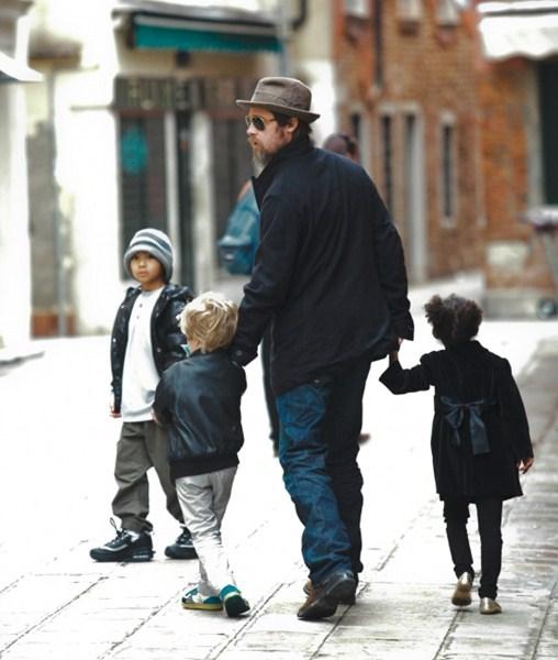 Актер Брэд Питт (51) с детьми. Мэддокс Шиван (14), Шайло Нувель (9), Захара (10)