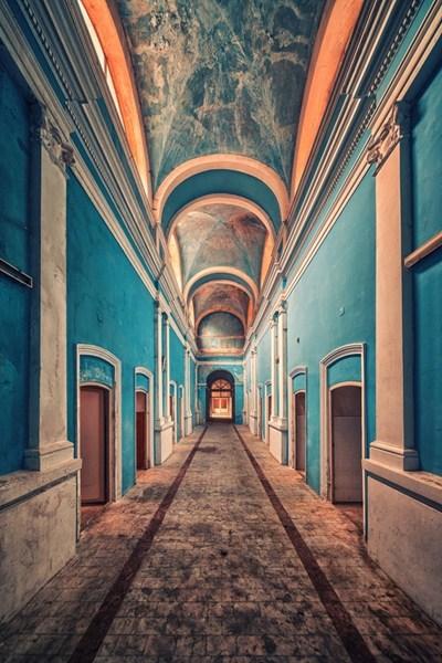 Заброшенное административное здание, Италия.