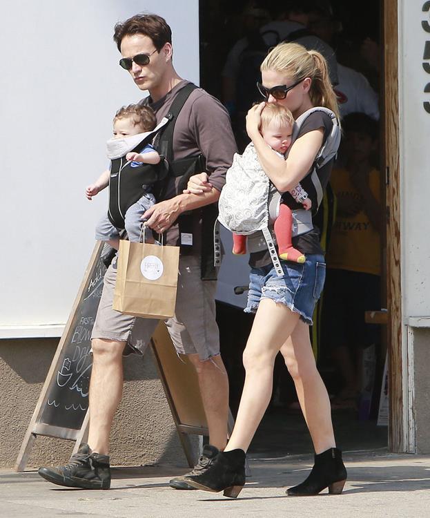 Актер Стивен Мойер (45) и актриса Анна Пакуин (32) и их двойня Чарли (3) и Поппи (3)