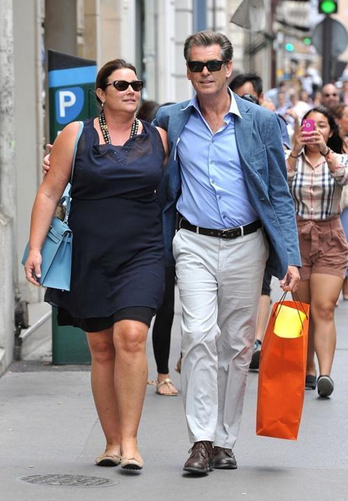 Келли Шай Смит (51) и Пирс Броснан (61)