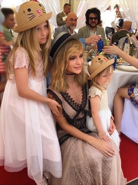 Глюкоза со своими дочками наблюдала за скачками гран-при «Радио Монте Карло»
