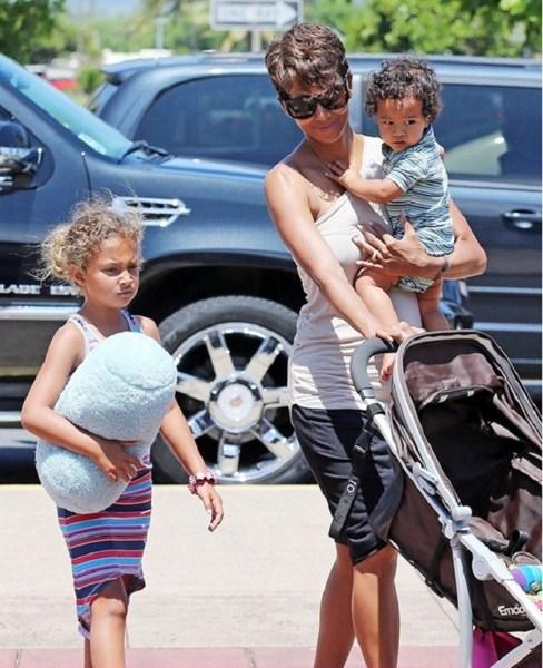 Актриса Хэлли Берри (48), Нала Ариэла Обри (7) и Масео-Роберт Мартинес (2)