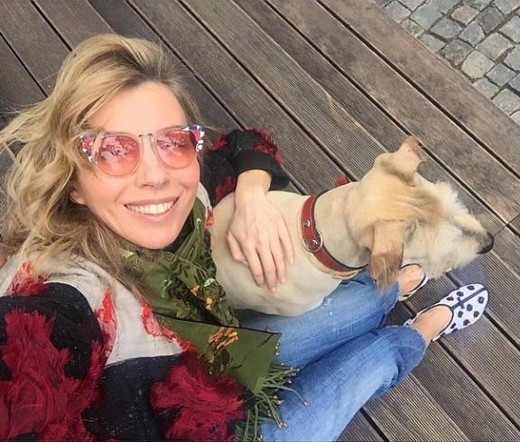 Светлана Бондарчук провела выходные с улыбкой в окружении любимого пса.