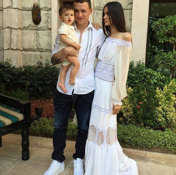 Полузащитник «Краснодара» Павел Мамаев (26) с женой Аланой и маленькой дочкой в Дубае