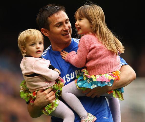 Полузащитник футбольного клуба Manchester City Фрэнк Лэмпард (36) с детьми