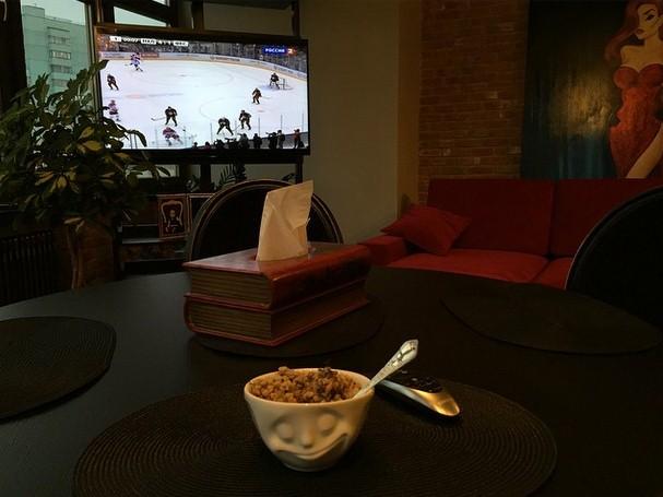 Алена Водонаева провела спокойные и домашние выходные за просмотром хоккея, закусывая гречкой.