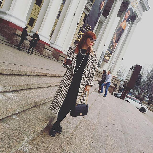 Анастасия Стоцкая по пути в театр не забыла сфотографироваться.