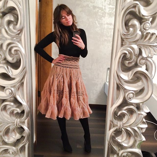 Алекса продемонстрировала фолловерам свою юбку из тончайшего мохера.