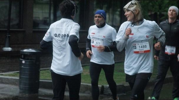 Рената Литвинова добросовестно пробежала все 10 км благотворительного забега.