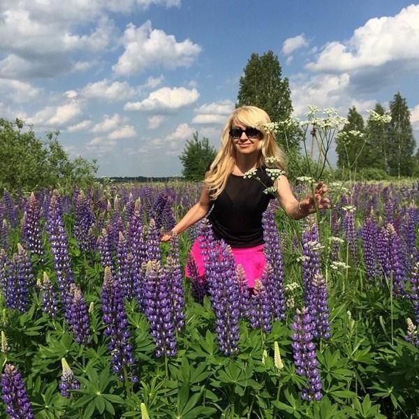 Яна Рудковская бегала по полю с цветами.