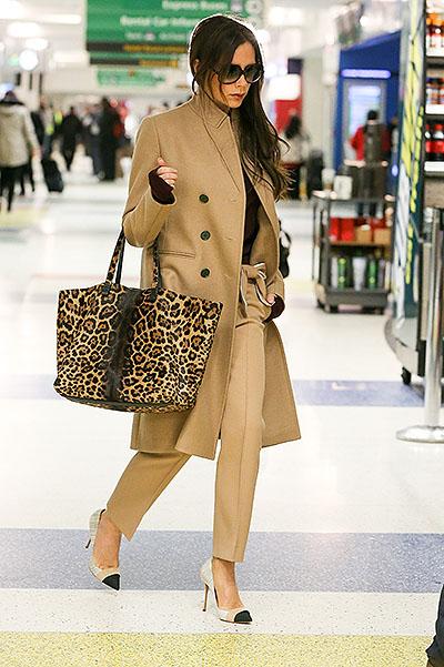 Эталоном женственности даже на трапе самолета является Виктория Бэкхэм (40)