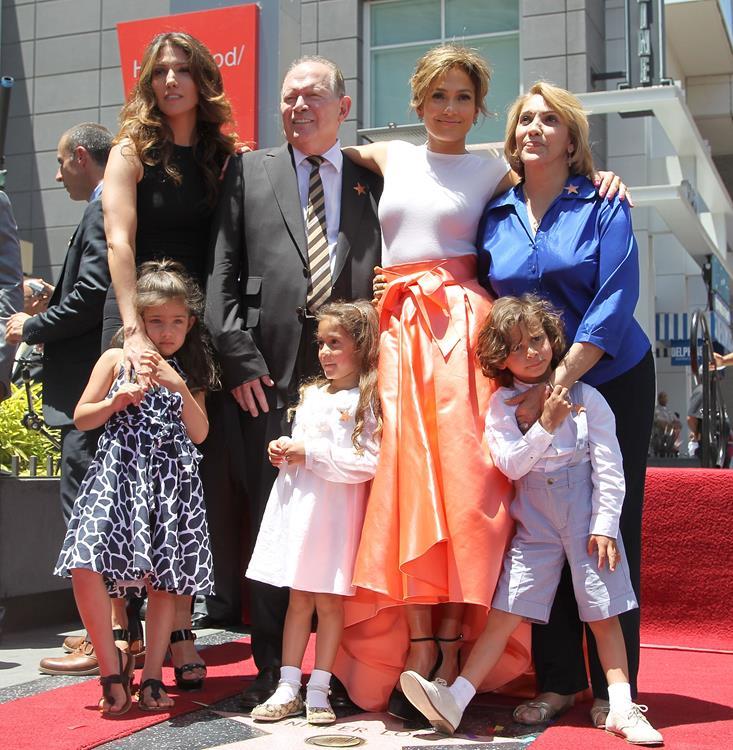 22 февраля 2008 года на свет появилась двойня у экс-супругов, певицы Дженнифер Лопес (45) и певца Марка Энтони (46). Сын Максимилиан Девид (7) и дочь Эмма Мерибел (7)