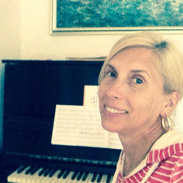 Алена Свиридова занималась музыкой.
