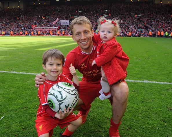 Полузащитник футбольного клуба Liverpool Лукас Лейва (28) с детьми