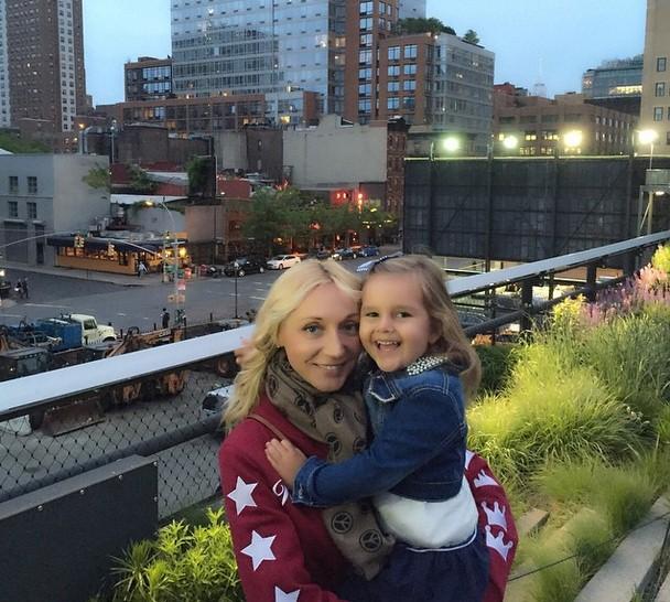 Кристина Орбакайте прогуливалась по Нью-Йорку со своей прелестной дочкой.