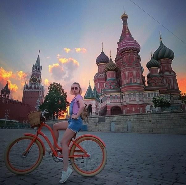 Полина Гагарина рассекала по Москве на велосипеде.