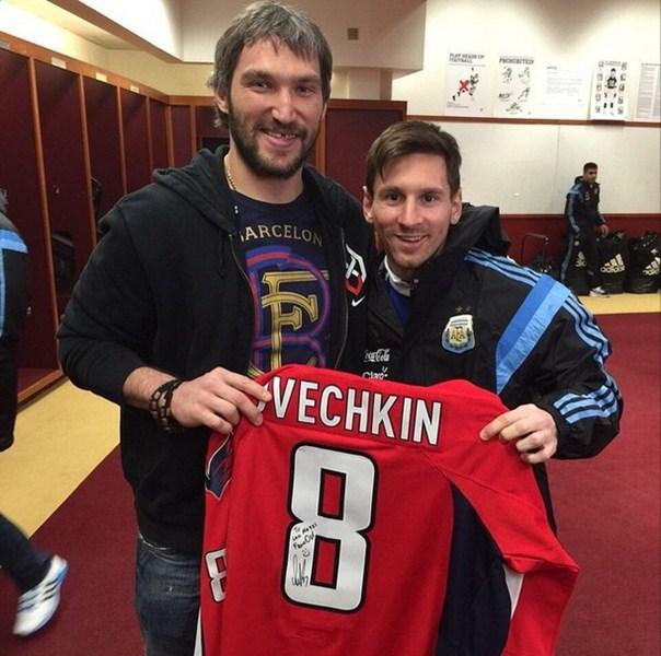 Лионель Месси взял автограф и сфотографировался с одним из лучших хоккеистов современности - Александром Овечкиным.