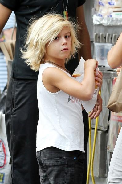 Кингстон постоянно меняет прически и уже успел покраситься в блондина.