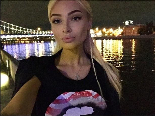 Алена Шишкова гуляла с любимым в Парке Горького.