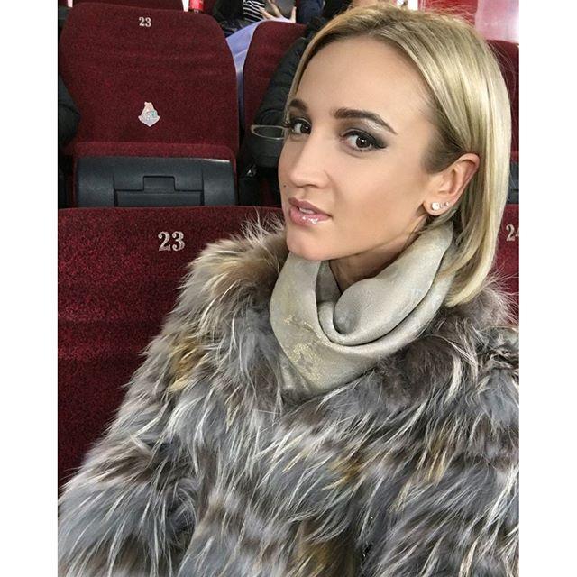 Даже во время футбольного матча Ольга Бузова не забывает сделать селфи.
