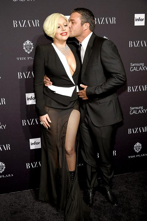 Леди Гага (28) и Тейлор Кинни (33)